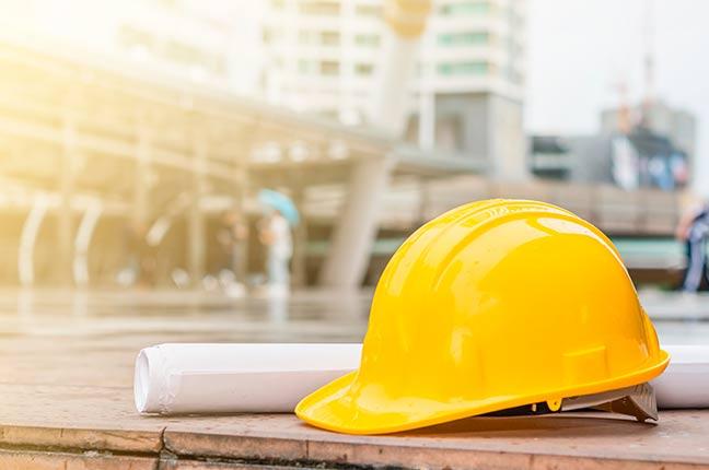 capacete de segurança em projeto de construção