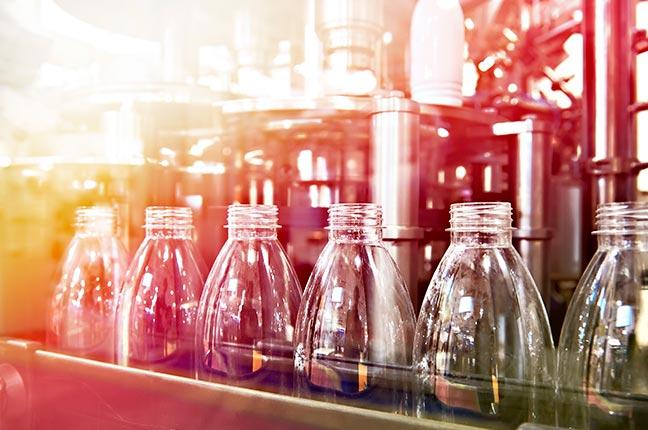 garrafas plásticas sendo produzidas